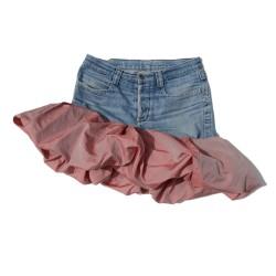 Falda hecha mezclando vaqueros Bikkembergs, y una falda de vuelo de poliéster rojo.
