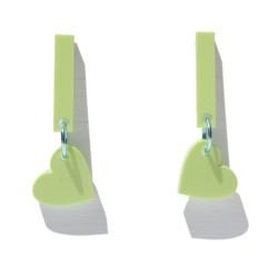 Pendientes en plexiglass verde claro con forma de corazón colgando con anilla en verde agua metalizado.