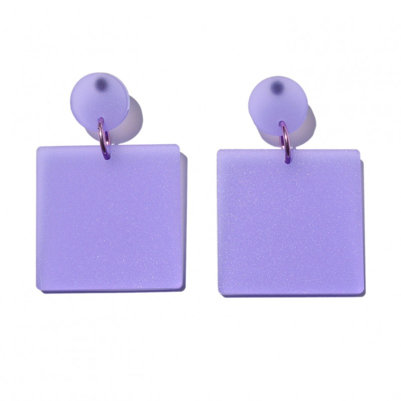 Big translucid lilac plexi earrings, made in a circular shape and a big square united by a pink metalized ring.